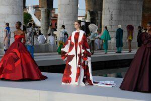 Valentino організував показ у Венеційських павільйонах, де проходить бієнале