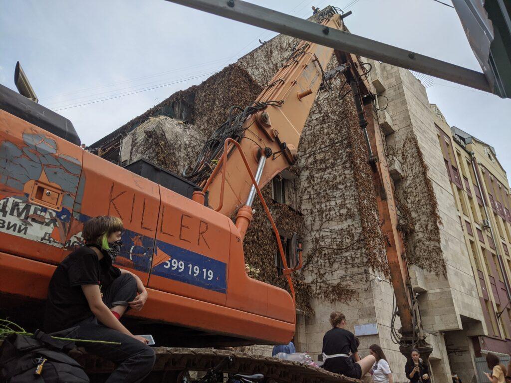 Суд заборонив будь-які будівельні роботи над будівлею «Квіти України»