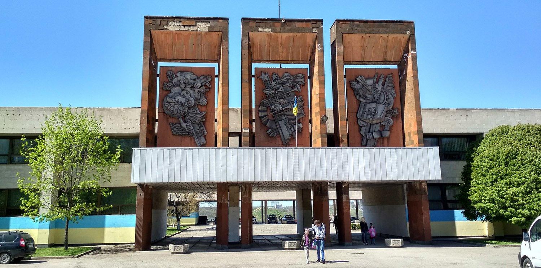 У Запоріжжі почали знищувати фасад Палацу дитячої творчості