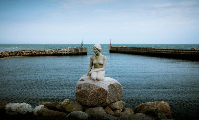 У Данії спадкоємці скульптора оригінальної русалоньки хочуть подати на автора репліки до суду