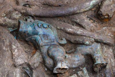 У Китаї знайшли тисячолітню золоту маску та бронзові предмети