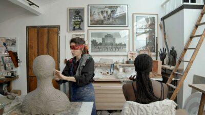 У Парижі відкрилася виставка, де відвідувачів змушують торкатися скульптур