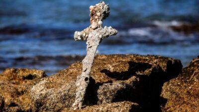 В Ізраїлі дайвер-любитель підняв з дна моря меч, якому 900 років
