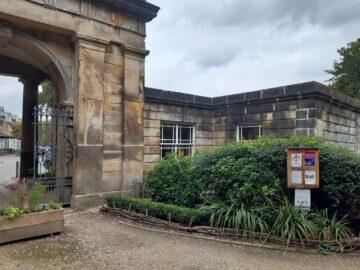 Місце на англійському кладовищі виставили на Airbnb